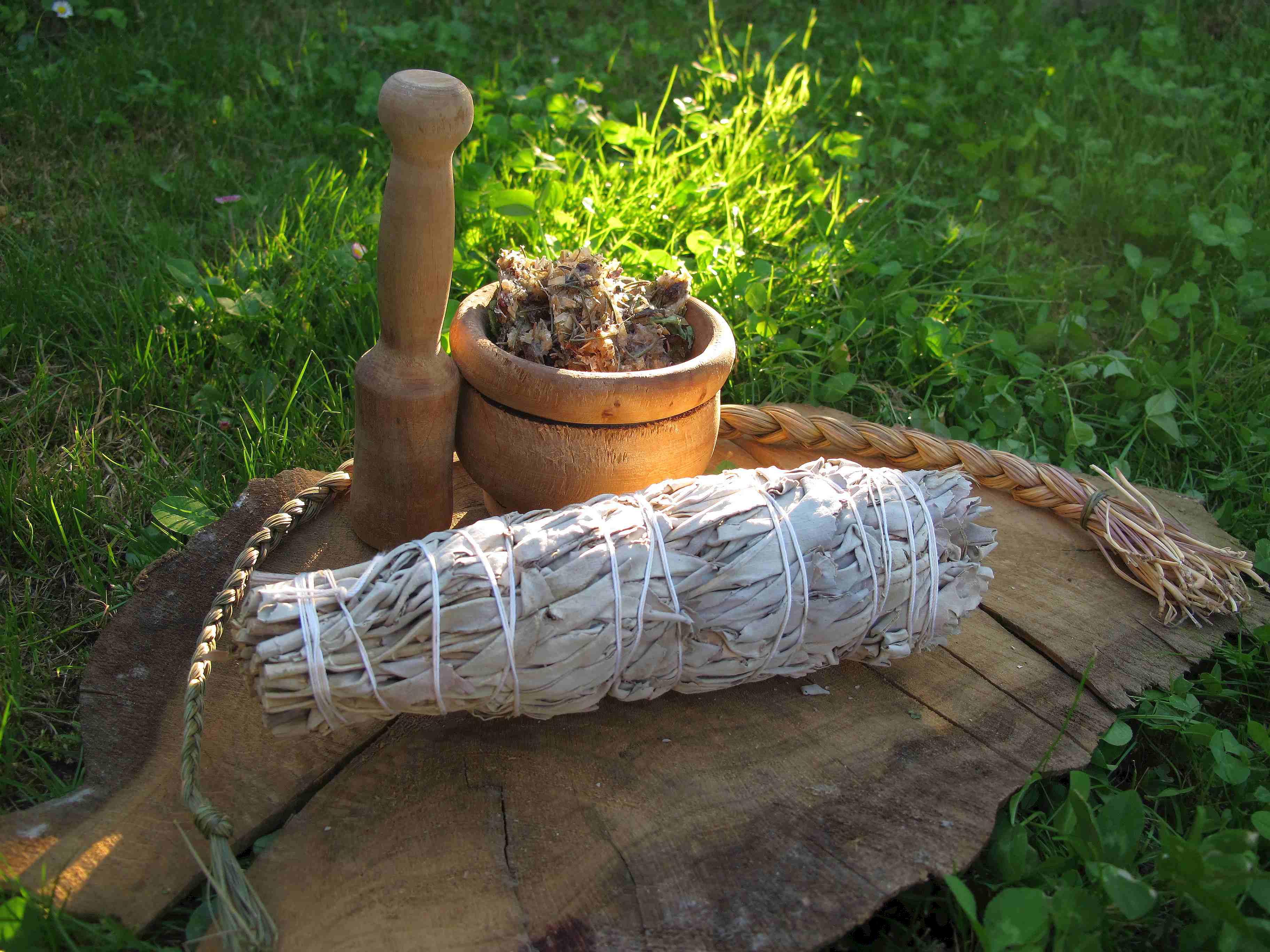 Räuchern mit weißem Salbei, Süssgras und frischen Harzen.